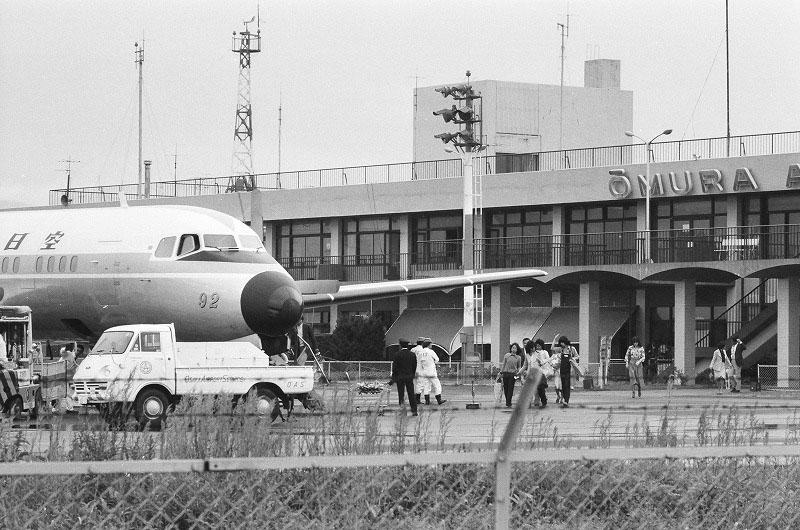 飛行機と大村空港ターミナル